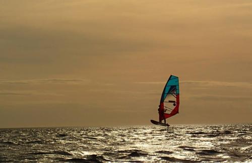 Hydrofoil windsurfing